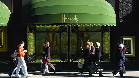 Harrods opta por un color verde más oscuro que está asociada con la riqueza y el privilegio
